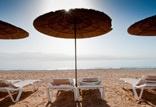 חוף ים פרטי למלון הכולל מתחם צ'יל אאוט מרגיע ומגוון אטרקציות חוף