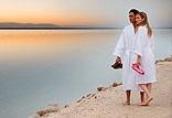 חוף ים מטופח במרחק נגיעה מהמלון המבטיח רגעי שלווה קסומים