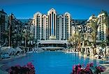 ארכיטקטורה מרשימה היוצרת אווירת אירוח מלכותית ואקסקלוסיבית בכל שטחי המלון