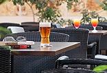 לובי בר עם מגוון משקאות ופינוקים המוגשים על ידי מלצרים מזמרים – בלעדי למלון